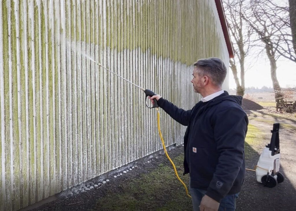 Kemi banner Innos Tools - behandling med facaderens af hårdt angrebet væg - behandling af grønalger