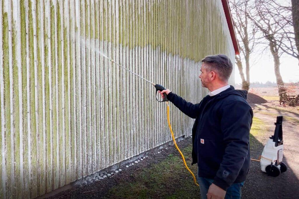 Facaderens af algeangrebet væg med Innos 30 L. kemisprøjte og facaderensopløsning