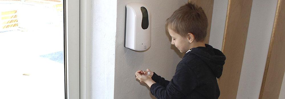 Innos Tools Hånddesinfektion hos Vejen Friskole mindsker smittespredningen og plejer børnenes hænder. Alkohol desinfektion i børnehøjde